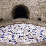 Ignazio Gadaleta, Anime naviganti, 2004, opera ambiente per Molfetta, Torrione Passari, Molfetta, vernice marina e acrilico fosforescente su legno di faggio e terracotta, 120 elementi ∅ cm. 11 x 4