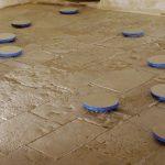 Ignazio gadaleta, Pietra + blu, 2004, opera ambiente per Molfetta, Torrione Passari, Molfetta, vernice marina su pietra (di Molfetta), 13 elementi ∅ 30 x 4 cm